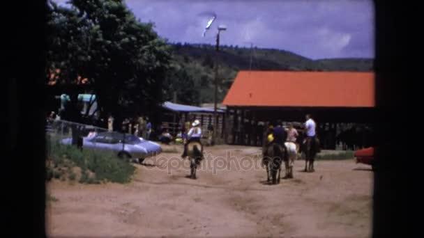 několik lidí jezdí na koních