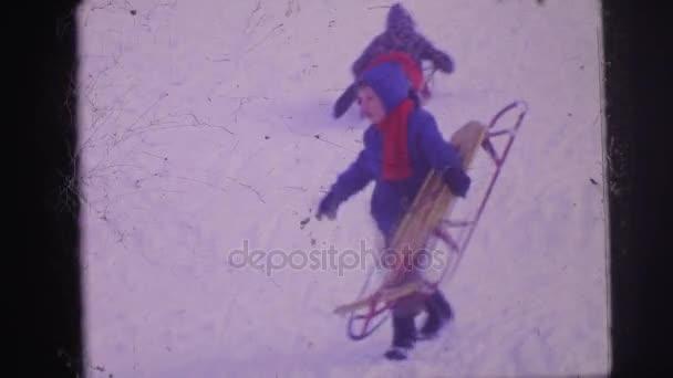 děti hrají ve sněhu
