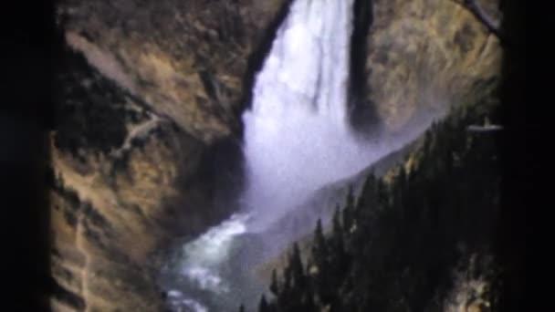 Felülnézete a sziklás hegyek vízesés