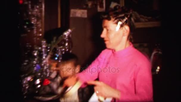 ein Weihnachtsbaum mit einem Kind Eröffnung präsentiert