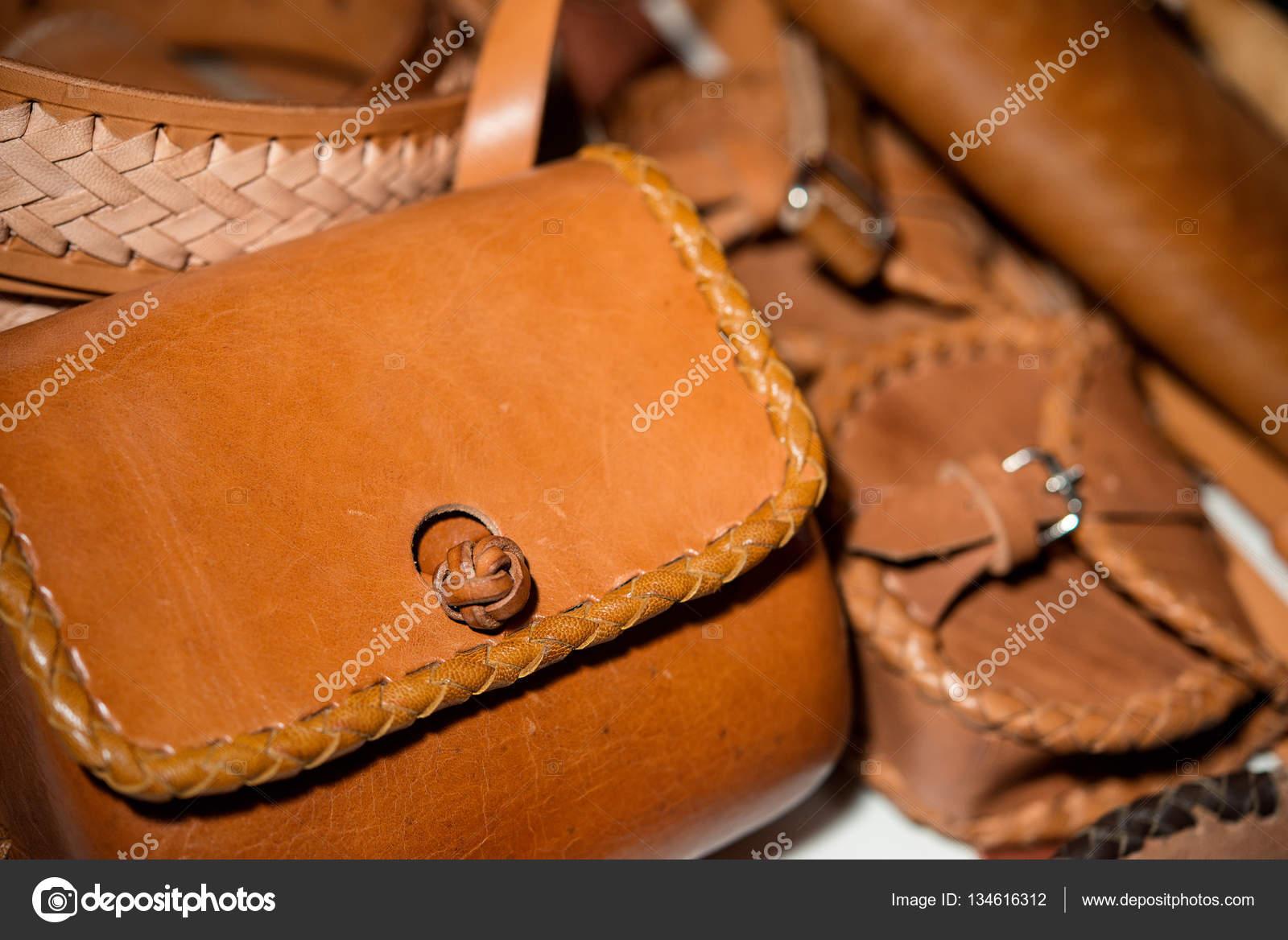 numerosi in varietà a disposizione online qui Borsa in pelle marrone e una cintura intrecciata a mano ...