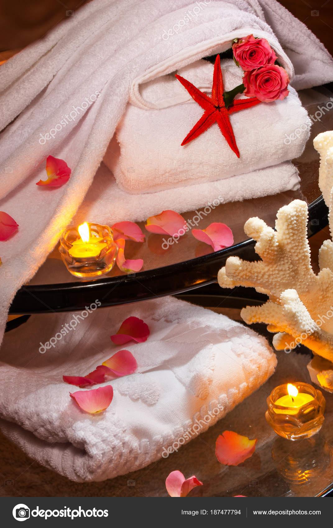 Salle Bain Romantique Serviettes Blanches Des Bougies Allumées ...