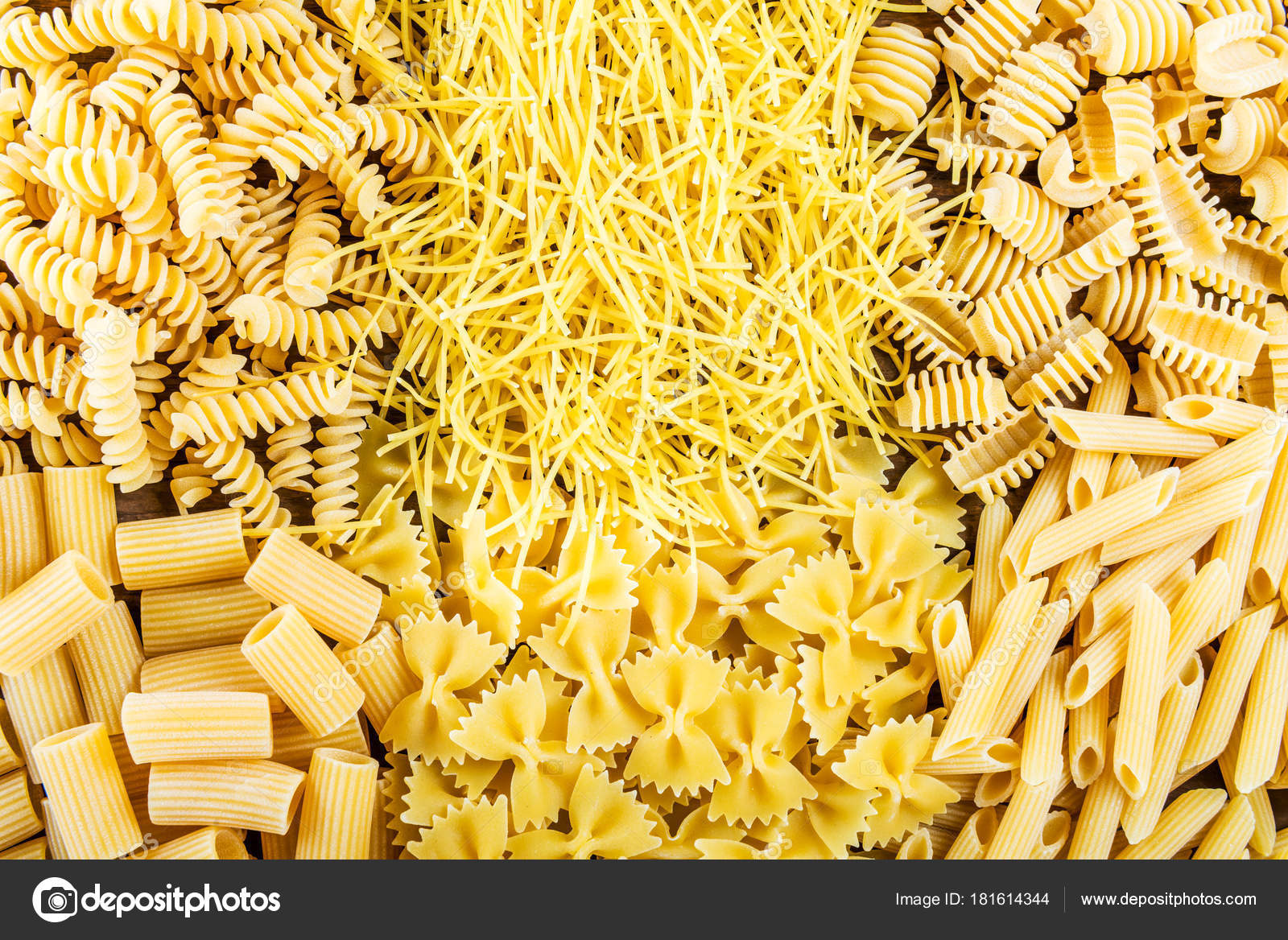 Diversi tipi di pasta cruda foto stock manuta 181614344 - Diversi tipi di figa ...