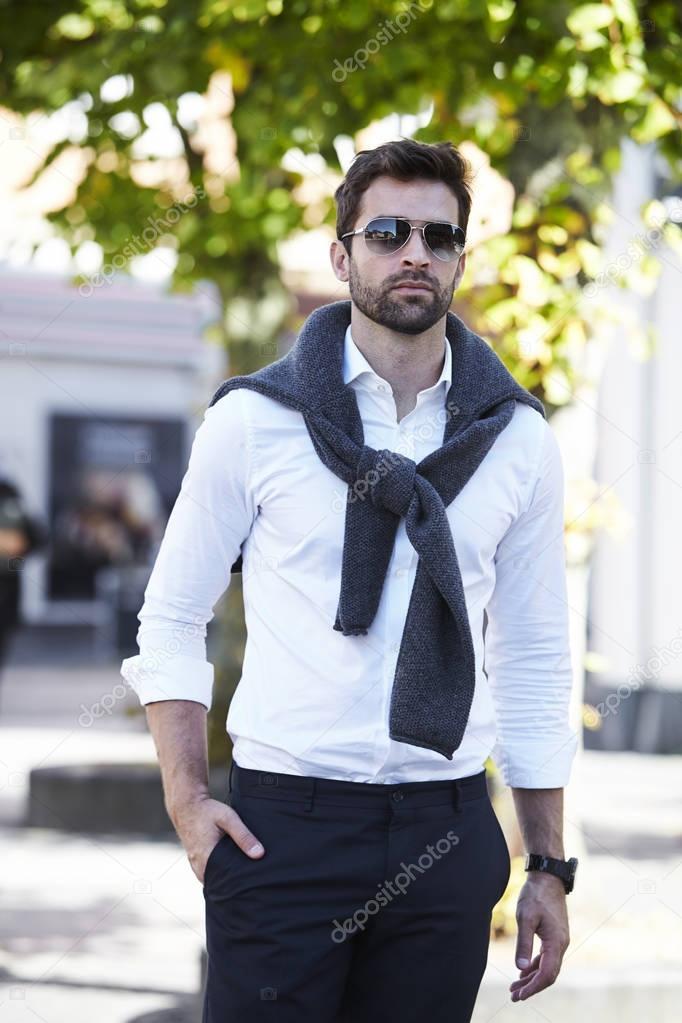 Raccogliere prezzo di strada bello e affascinante Bell'uomo in camicia bianca — Foto Stock © sanneberg #128837408