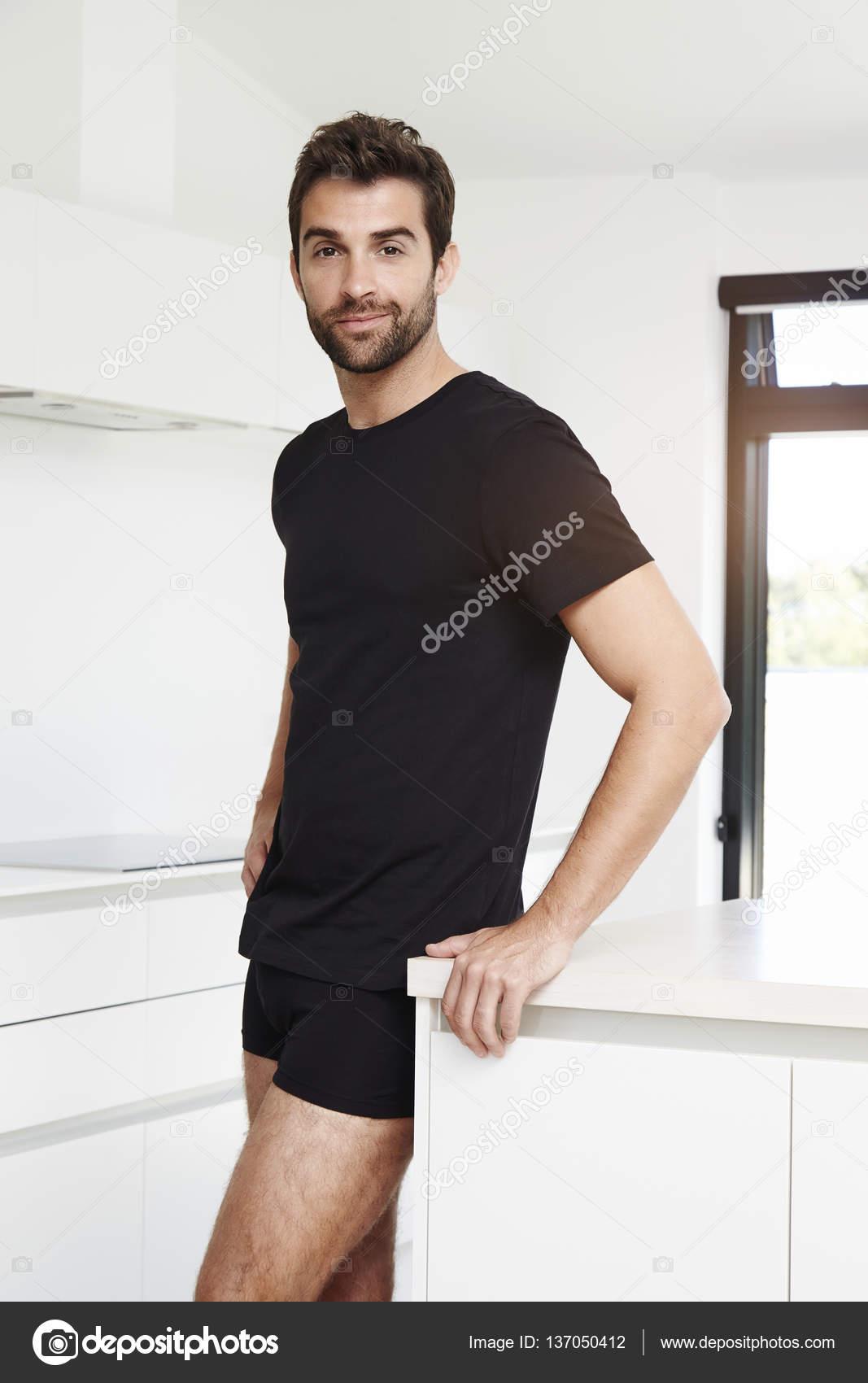 923d4fafb9c6 Fotos: negros guapo | Hombre en calzoncillos negros en cocina — Foto ...