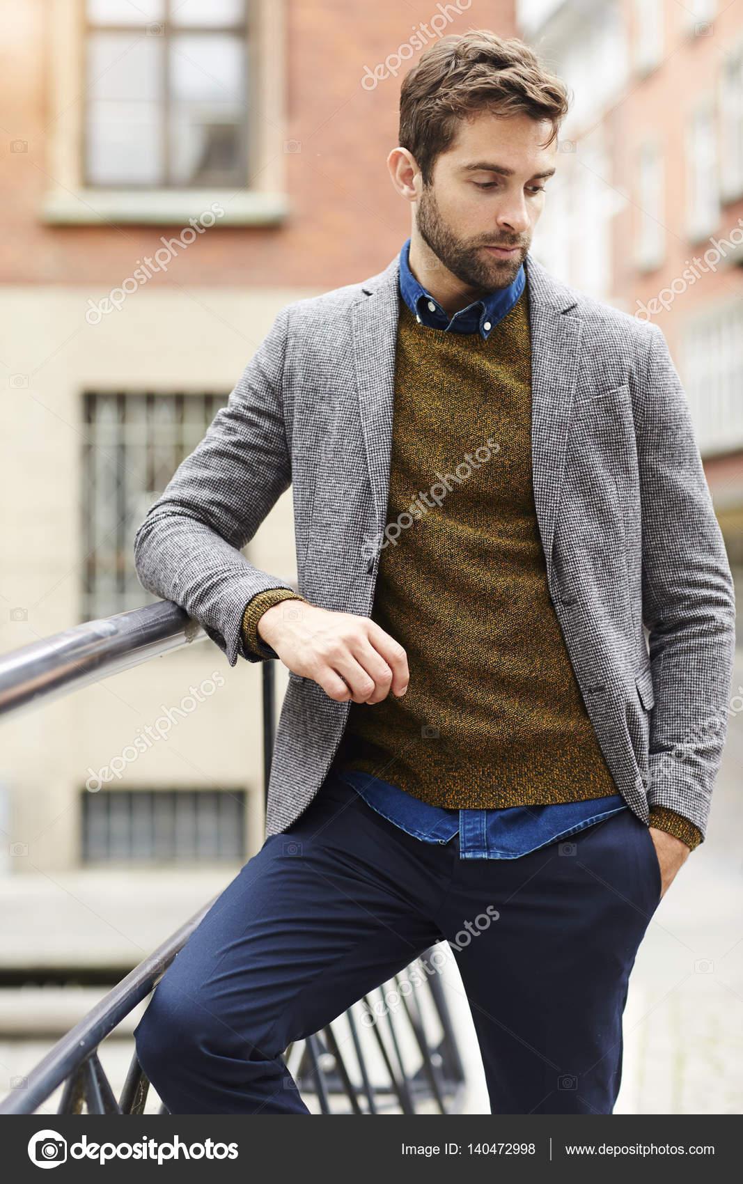 3d3fbf5949 Uomo bello in maglione e giacca — Foto Stock © sanneberg #140472998