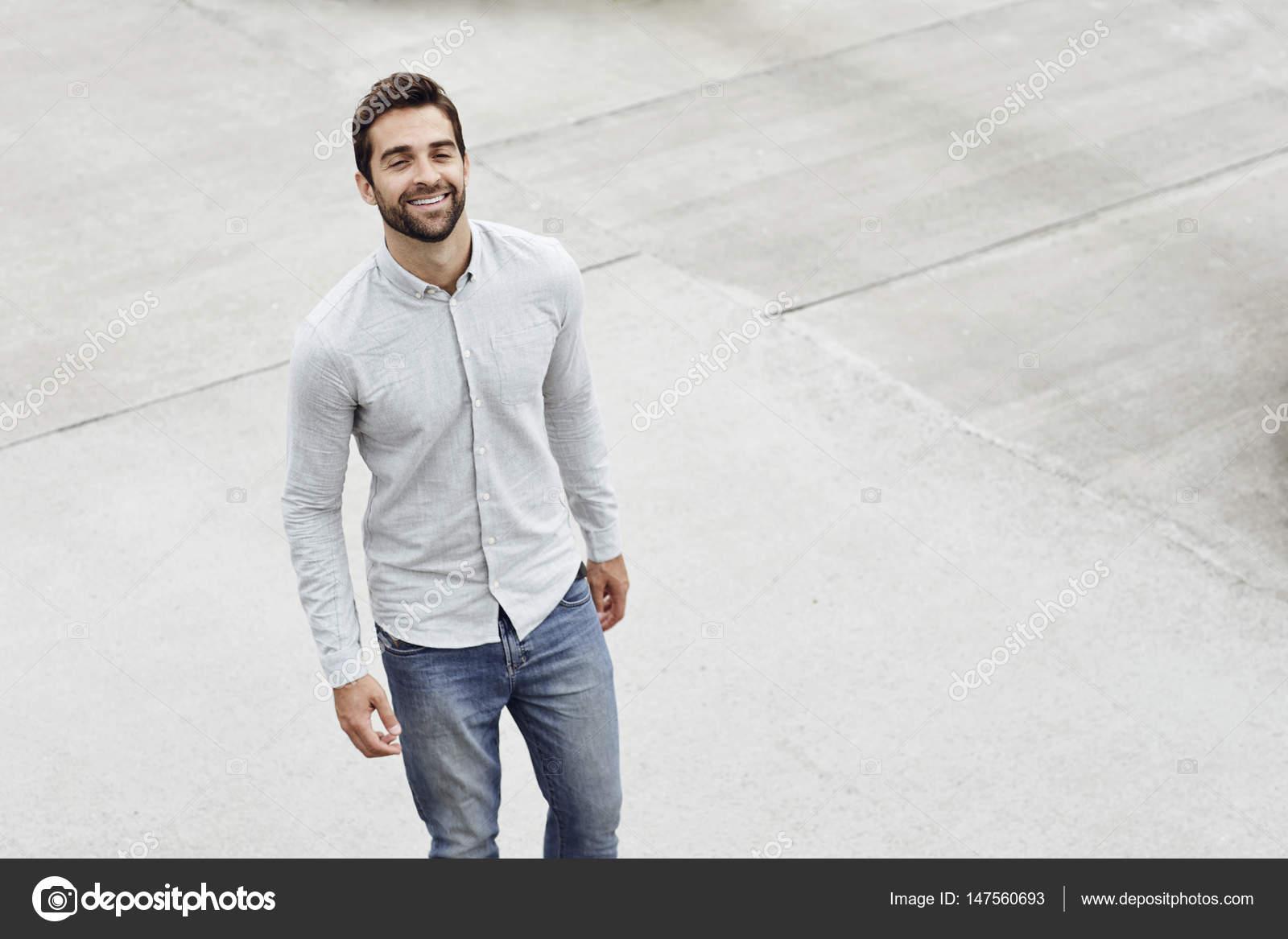 new style 435c3 de63d Uomo bello in camicia e jeans — Foto Stock © sanneberg ...