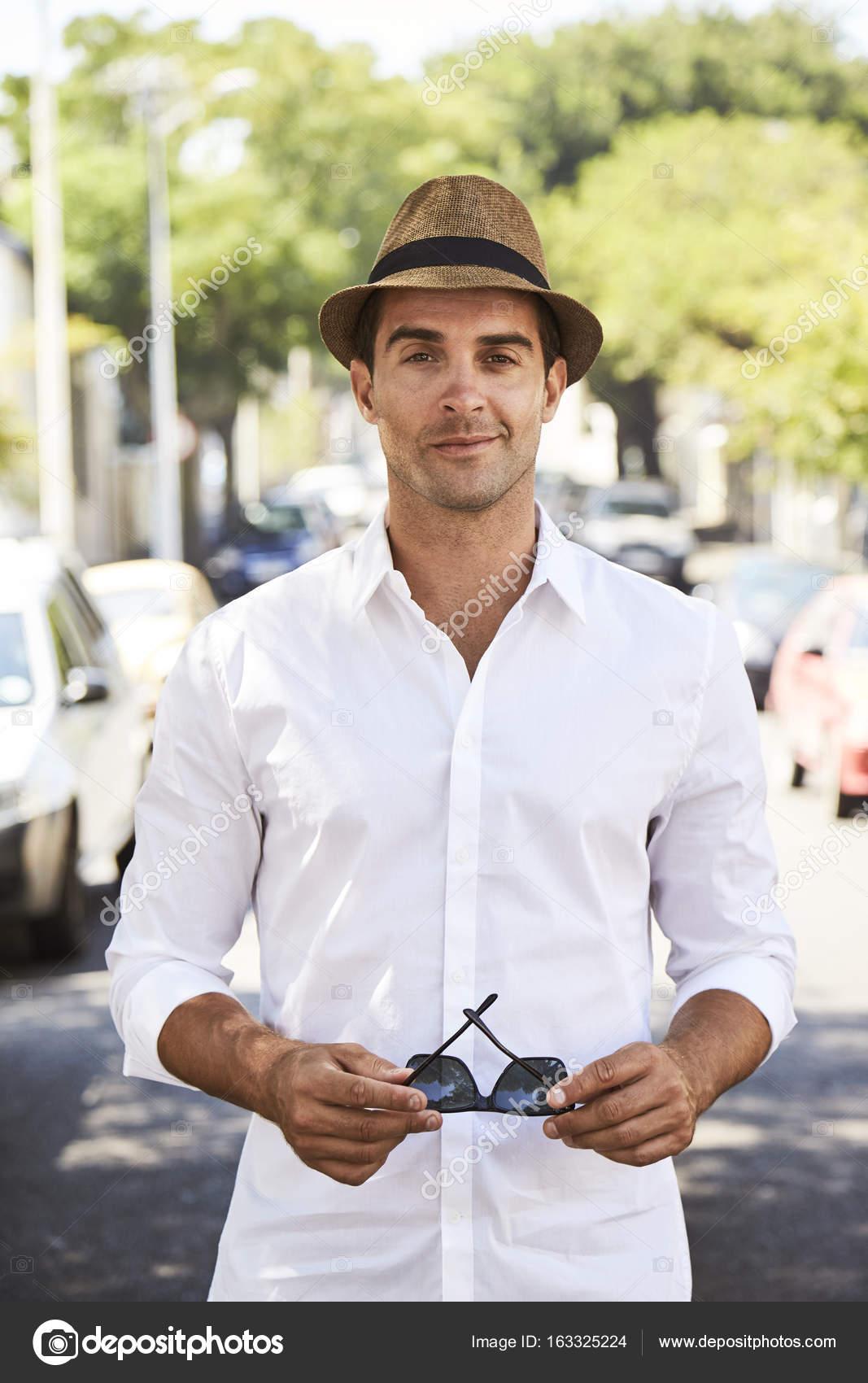 l'atteggiamento migliore 4f5a0 3616e Ragazzo in camicia bianca e cappello — Foto Stock ...