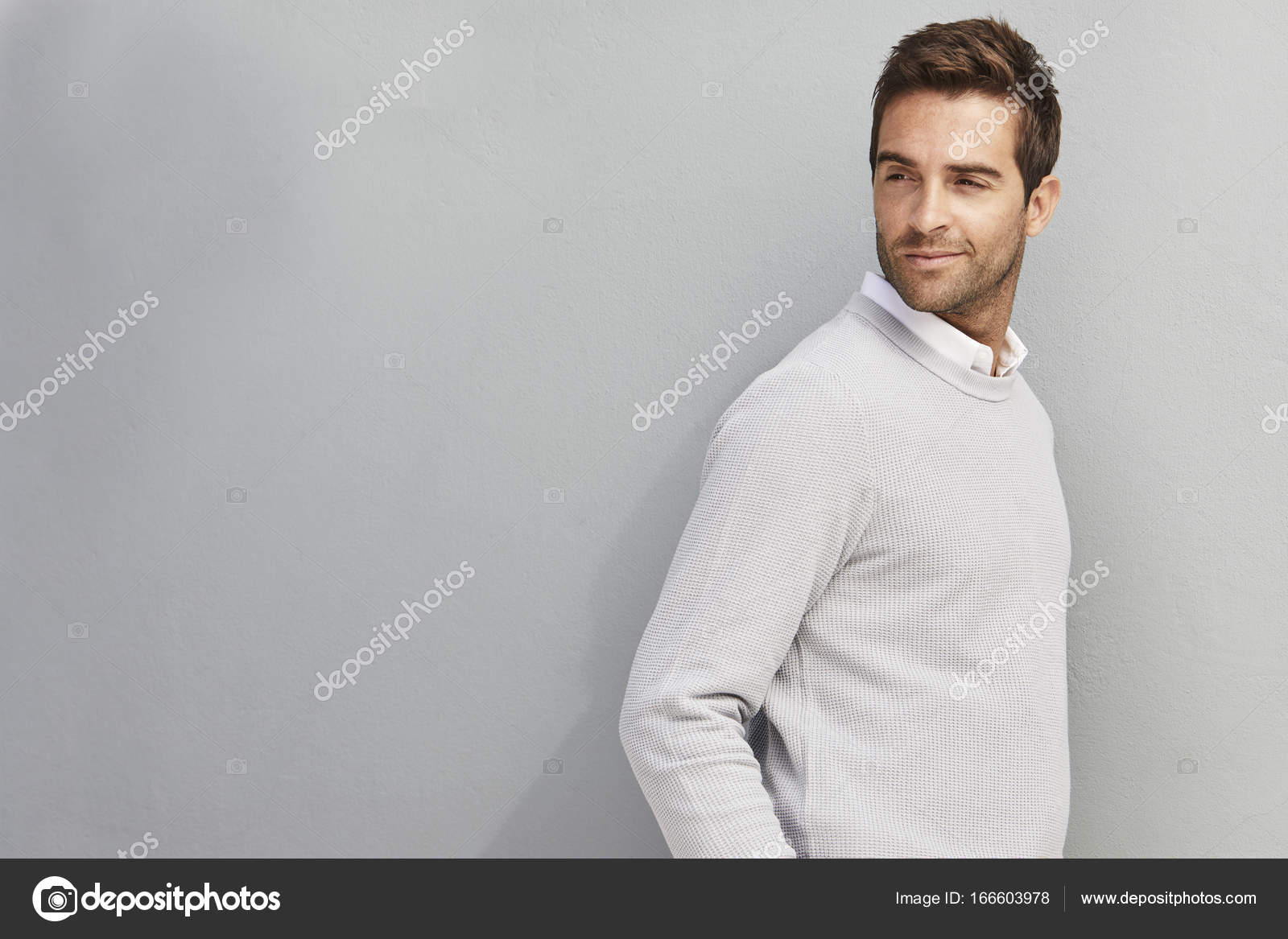 Красивий чувак в сірий светр — Стокове фото — 철도сміхаючись ... d09d5db3a3bb5