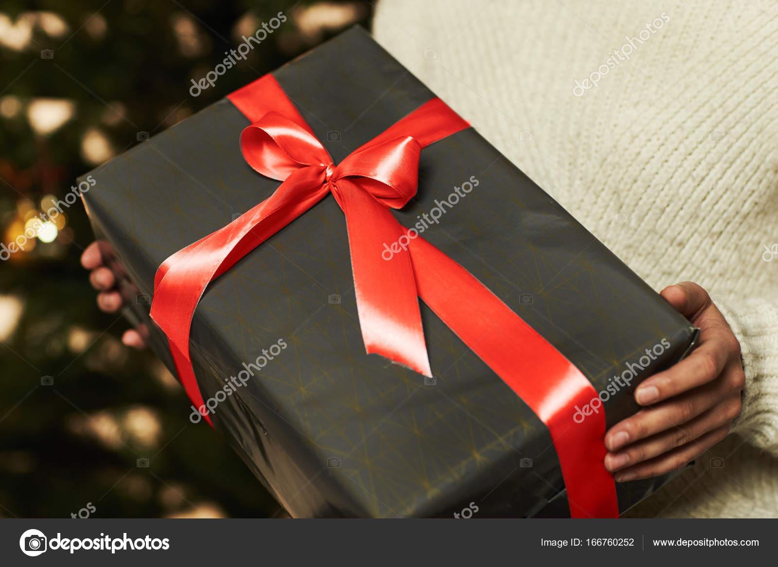 Vrouw Bedrijf Cadeau Voor Kerst Stockfoto Sanneberg