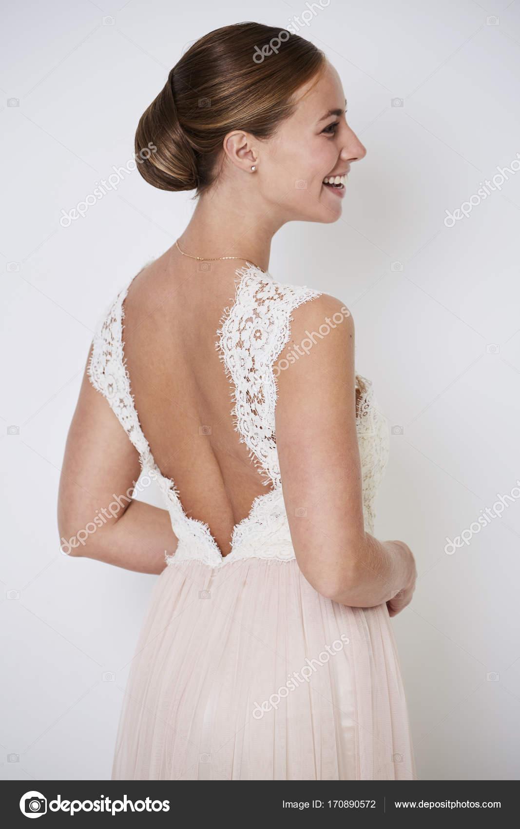 6d5bd3dfd21 Вид сзади сбоку улыбающиеся невесты в гламурное платье на белом фоне — Фото  автора ...