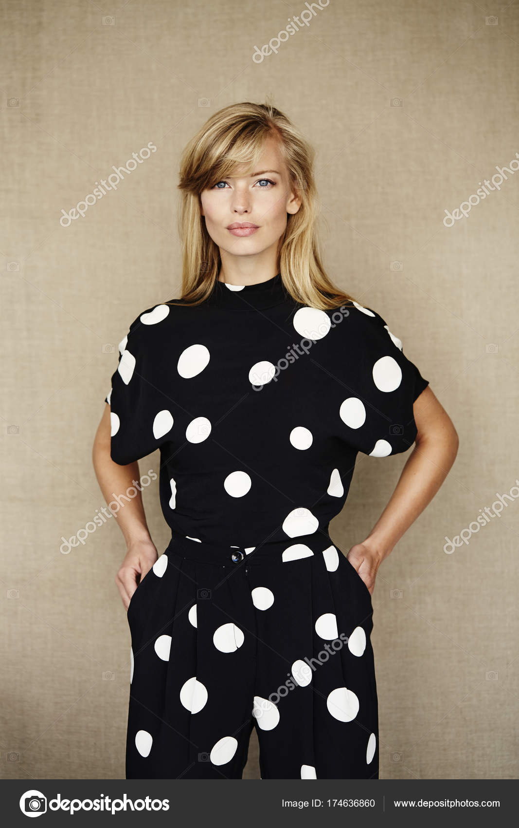 6414aa822 mujer rubia en vestido manchado — Foto de stock © sanneberg  174636860