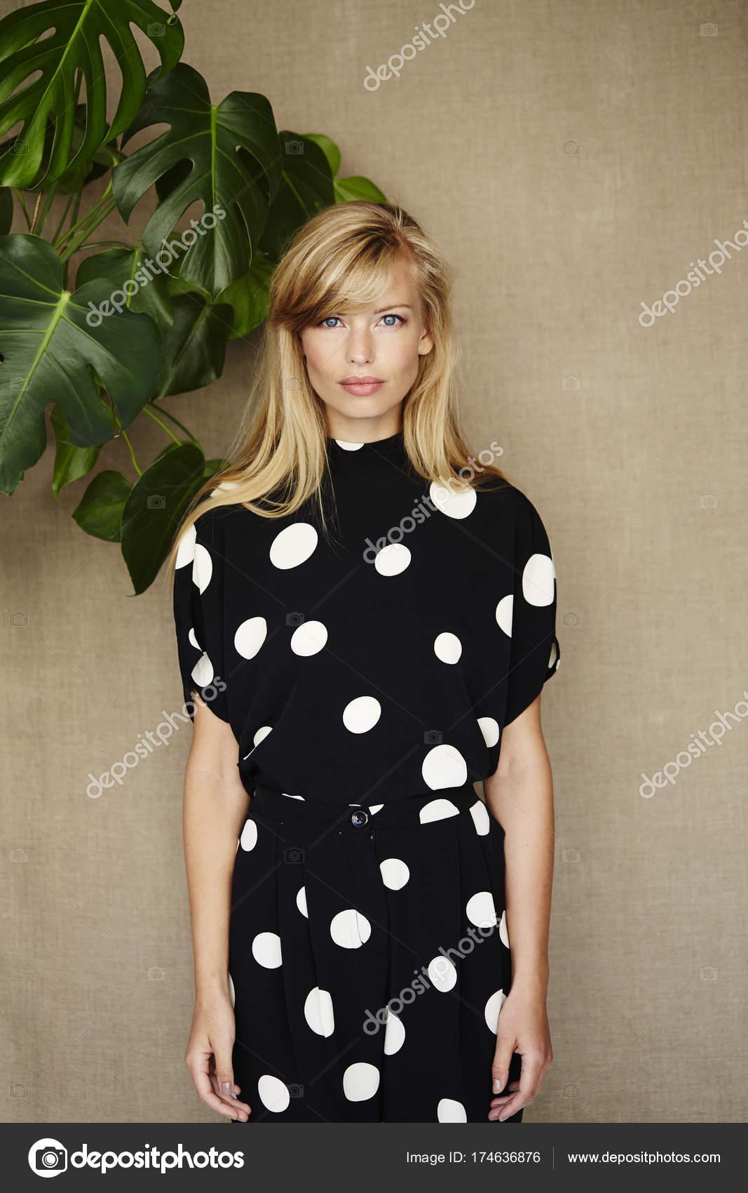 ecd78ca0c Mujer joven en vestido manchado — Fotos de Stock © sanneberg  174636876
