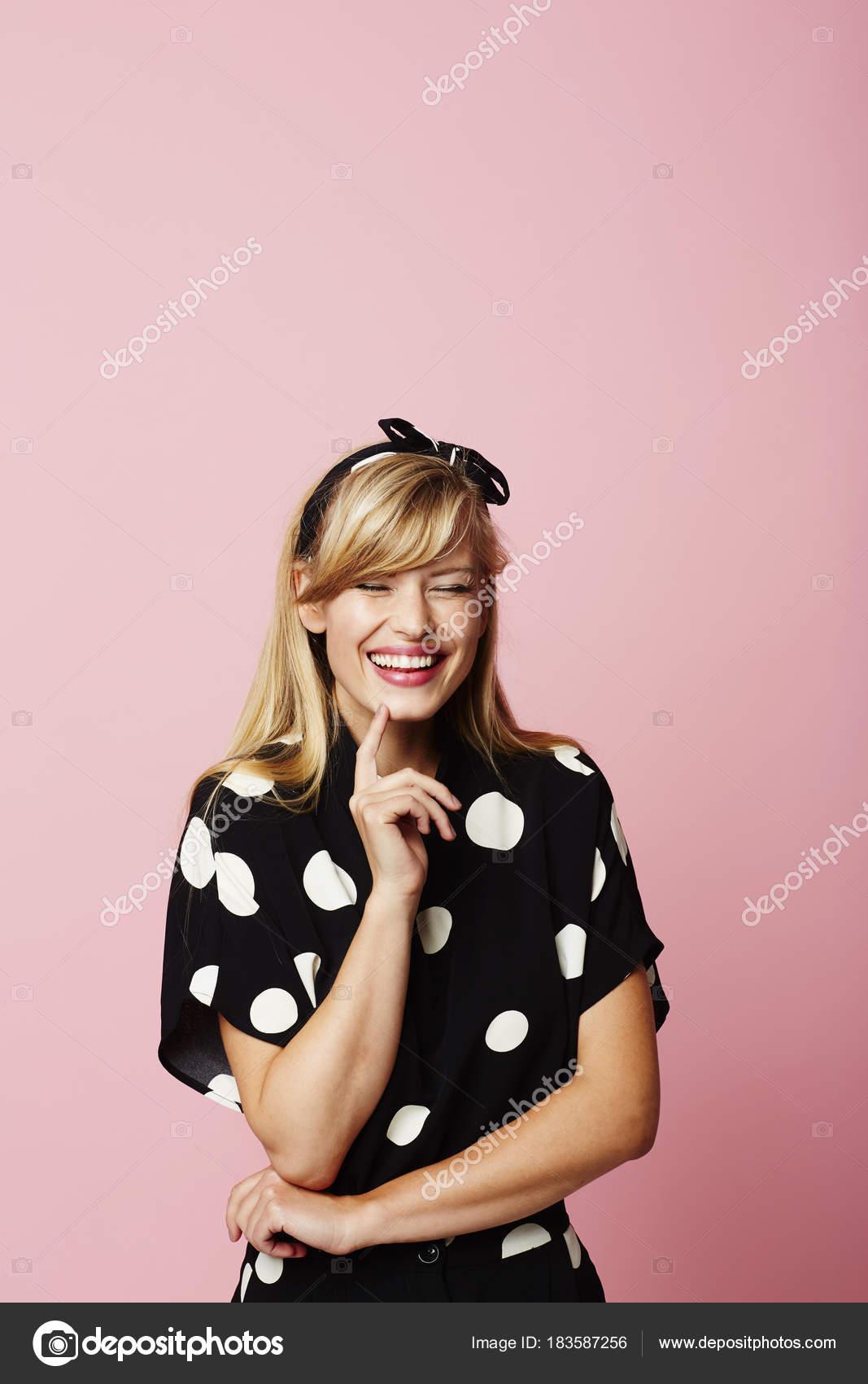9df50c41e Risa Mujer Joven Vestido Manchado — Fotos de Stock © sanneberg ...