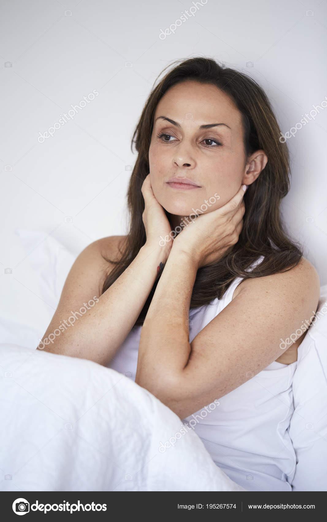 Nachdenklich Mitte Adult Brünette Frau Sitzen Bett Auf Der Suche