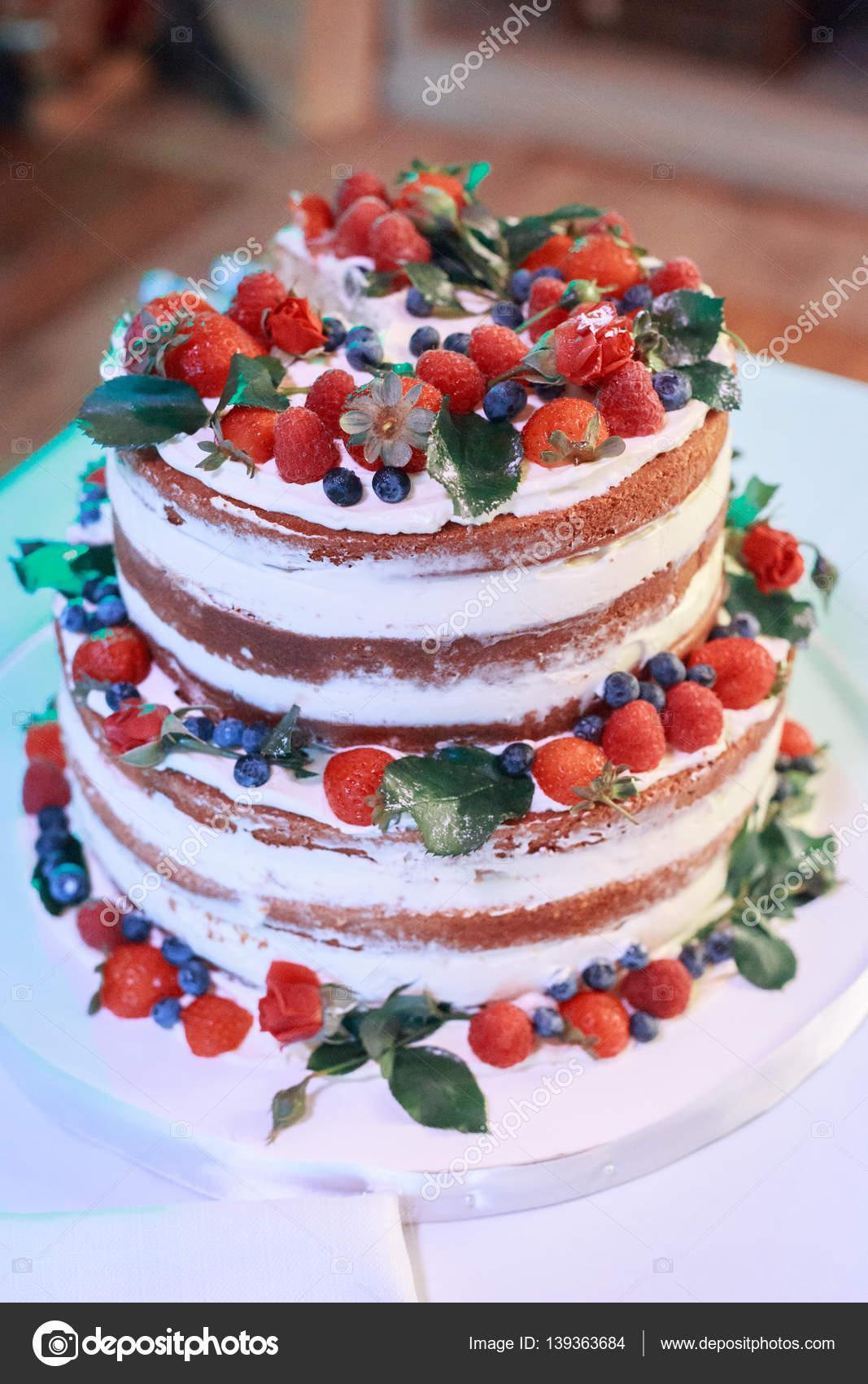 Rustikale Hochzeitstorte Mit Frischen Fruchten Grun Lebenden