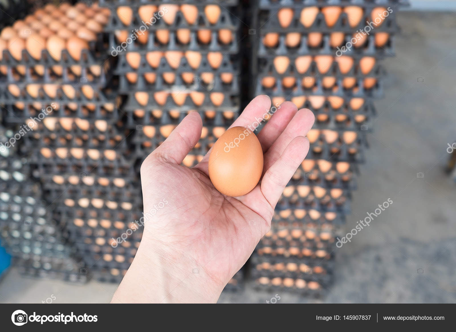 Яички в руке девушки, Русская красотка сжимает в руках мужские яйца и дает 13 фотография
