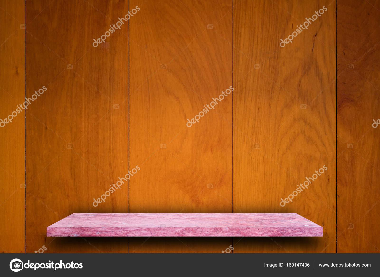 Lege top van marmeren stenen tafel op houten plank muur