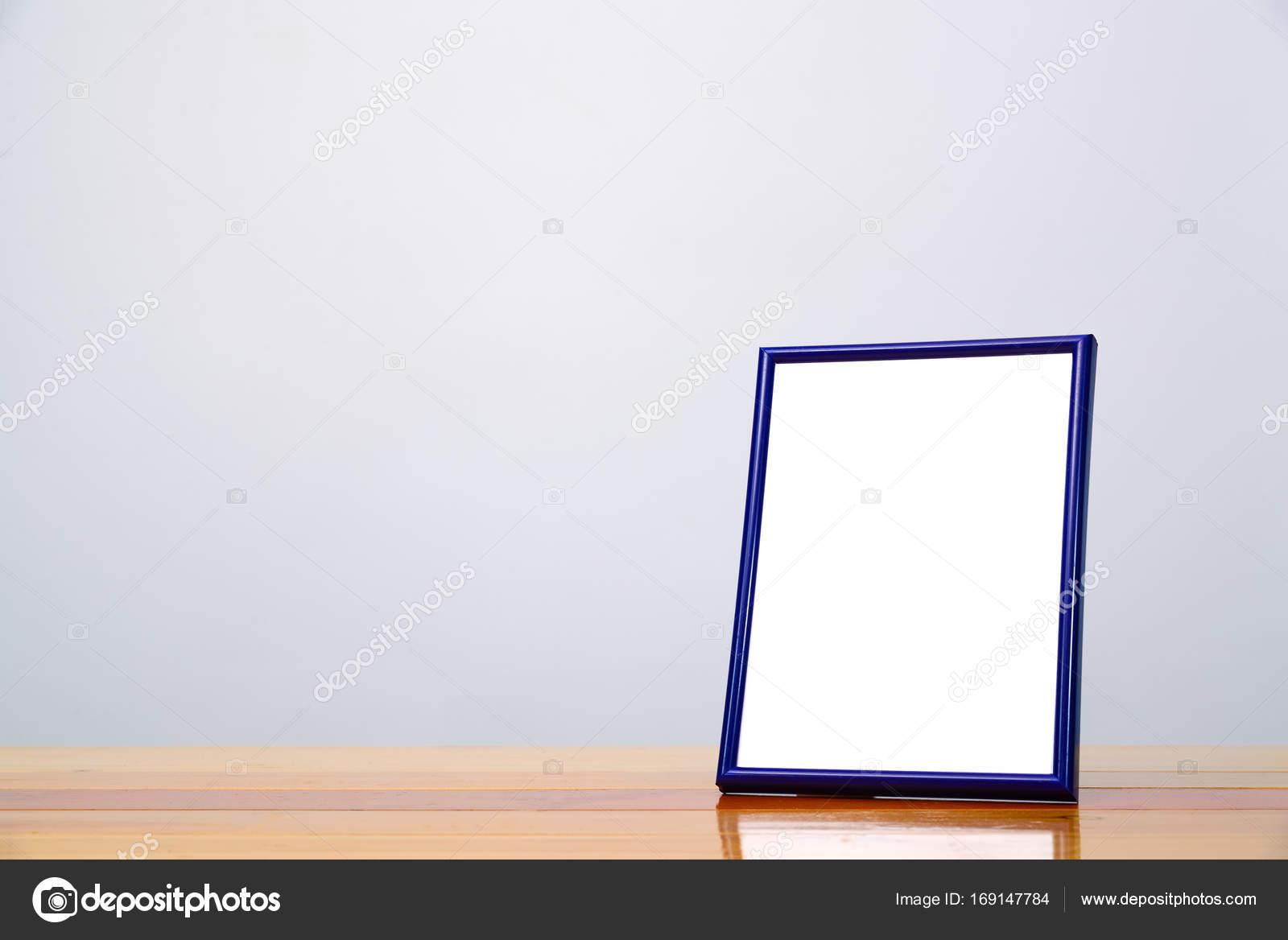 Leere blaue Bilderrahmen auf Holztisch mit Textfreiraum, Bild ...