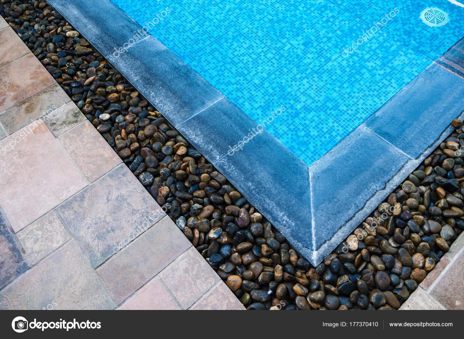 Bordo della piscina con piastrelle a mosaico blu nella parte