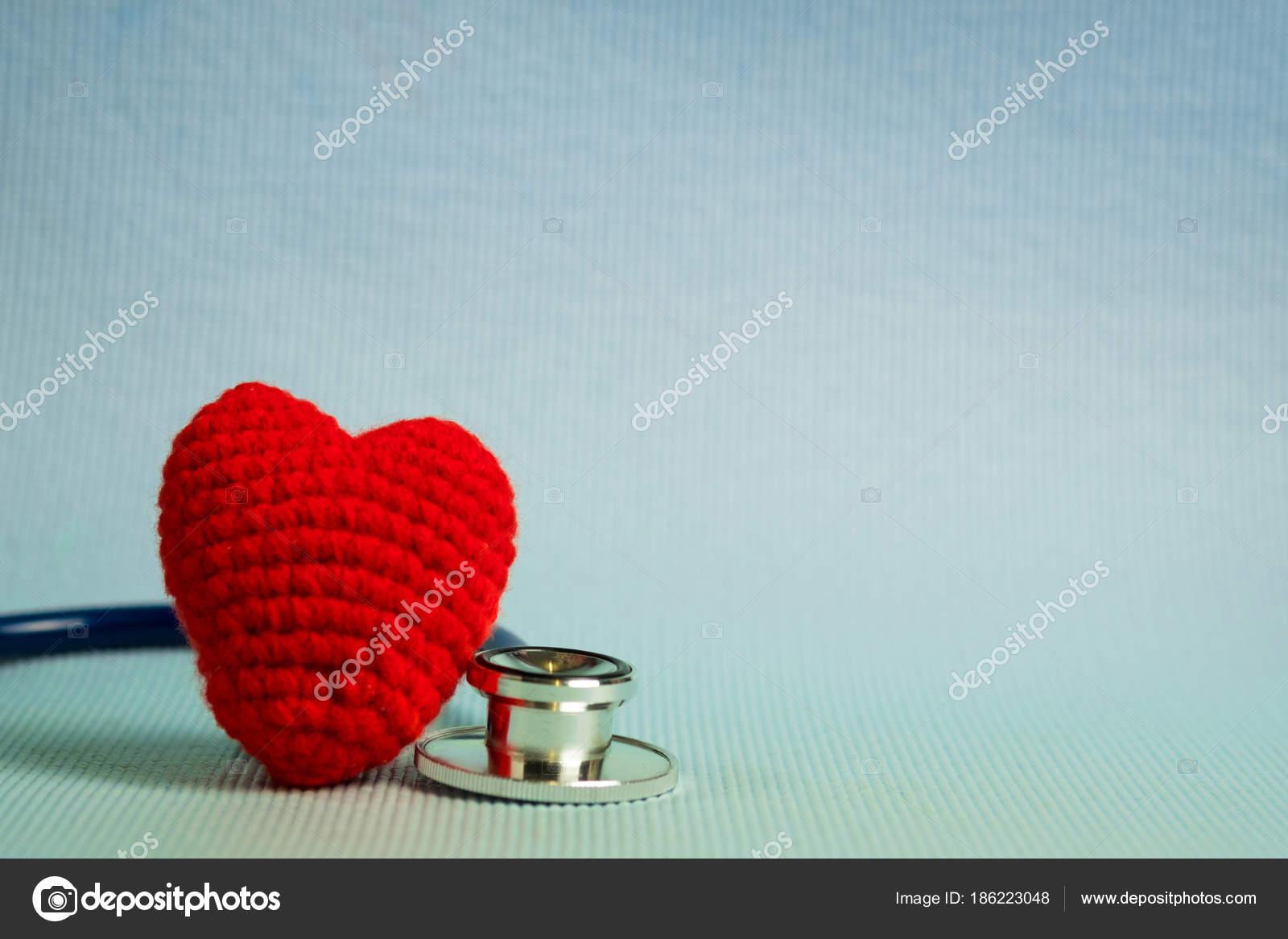 Häkeln Sie Rotes Herzform Und Stethoskop Gesund Und