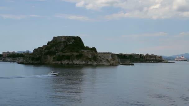 Bucht in Korfu, Bucht auf der Insel mit Festung, Blick auf Hafen und Altstadt von Kerkyra der Insel Korfu in Griechenland, Segeln entlang der Insel Korfu