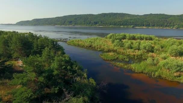 Letecký pohled na řeku a ostrovy 4k, lesa a řeky, velmi vysoké pohled na Les řeky na východ slunce, letecký pohled na mystické řeky a hory