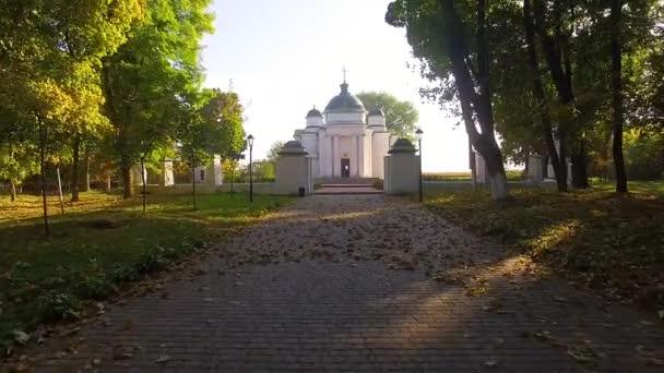 podzimní ulička v parku, proletět podzimním parkem, podzimním parkem a zámečkem Lizogub v Sednově, zázemí aleje stromů, sluneční paprsky zářící lesními stromy,