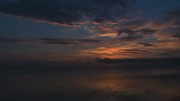 Sonnenaufgang über dem Meer Zeitraffer, schöner Sonnenaufgang Ozean, glattes Meerwasser und lebendige bunte Wolken, Morgenhimmel über dem Meer, schöne Reflexionen auf der Wasseroberfläche bei Sonnenaufgang, Sonnenaufgang Silhouette über dem Meer und Himmel Zeitraffer