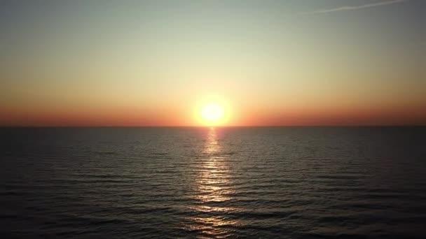 letecký pohled na východ slunce nad mořem, Krásný východ slunce Oceán, ranní vlny na moři, Krásné odrazy na vodní hladině při východu slunce, Východ slunce nad mořem