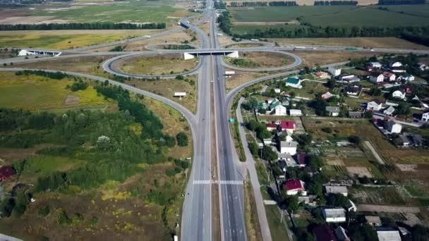 letecký pohled na silniční křižovatku, velká automobilová výměna, trasa Kyjev Zhytomyr, letecká dálniční křižovatka, záběry z dálničních křižovatek