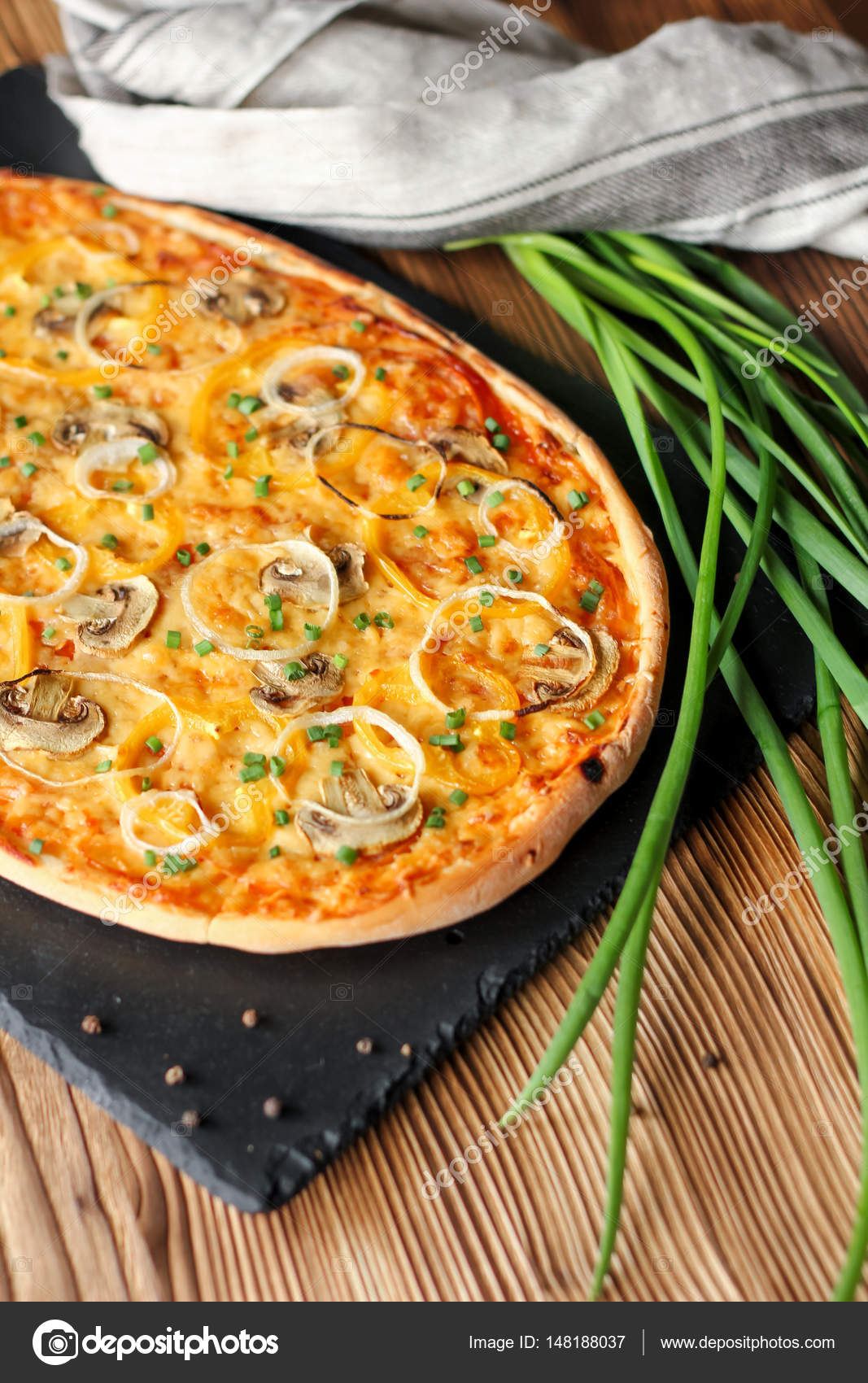 Huisgemaakt vegeterian pizza met champignons op houten for Pizza bakken op tafel