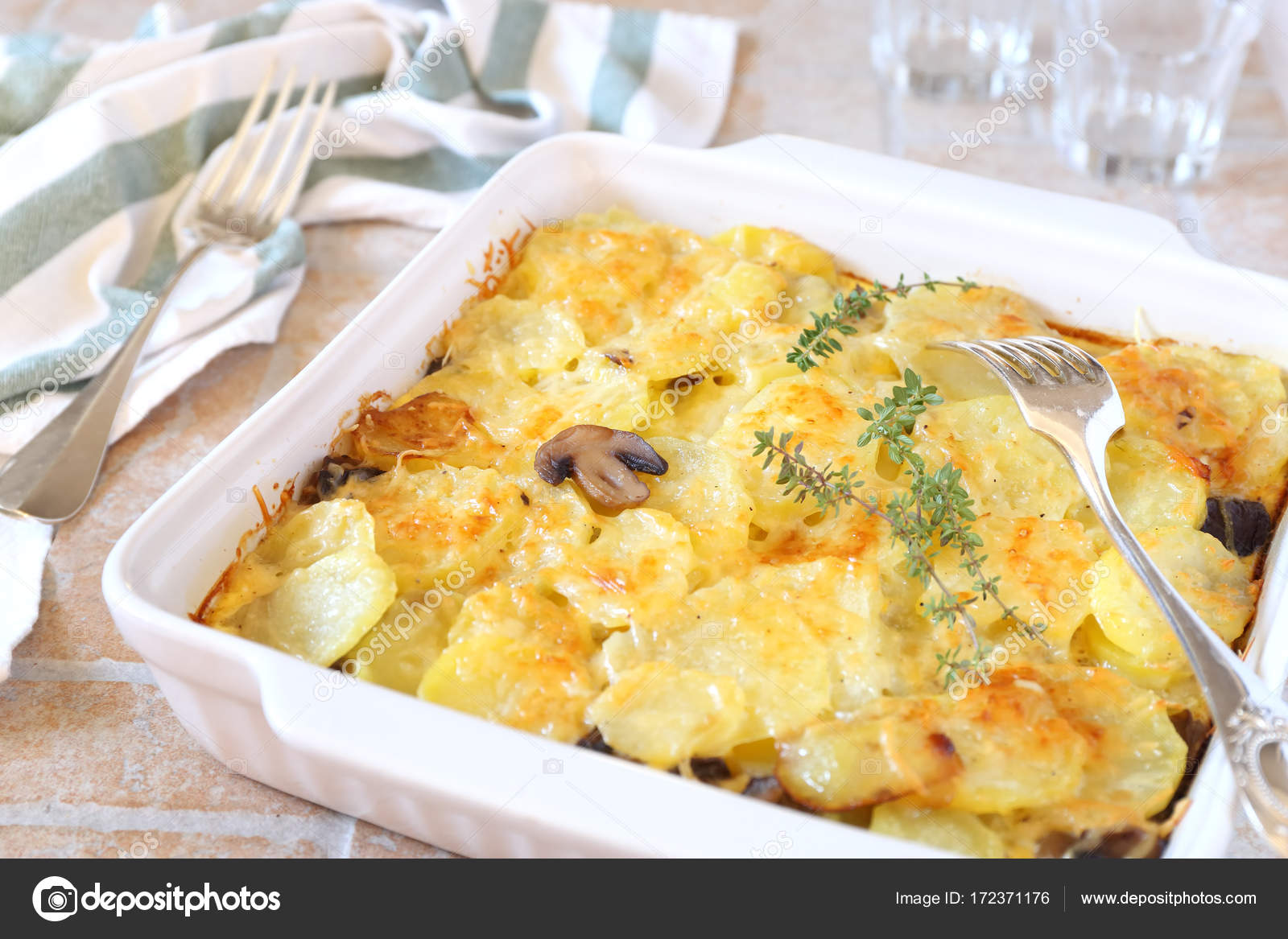Gemüse Kartoffel Pilz Gratin Mit Käse Stockfoto Photosimysia