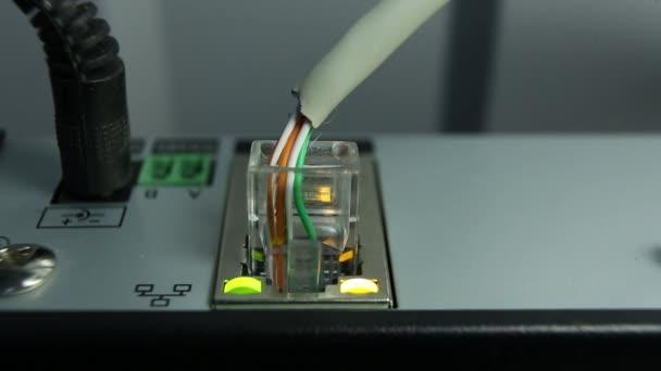 Kabel-Internet-Verbindung und die blinkende orange Taste