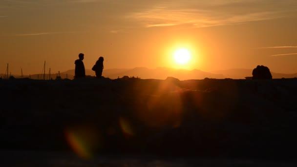 Sagoma di persone a guardare un tramonto incredibile