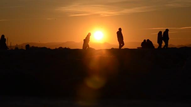 Sagoma di folla guardando un tramonto eccezionale