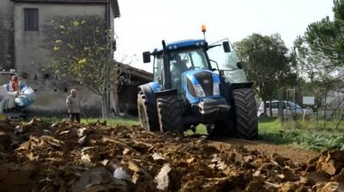 Tractor moves between the clods
