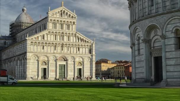 Seká trávu před katedrála v Pise v timelapse