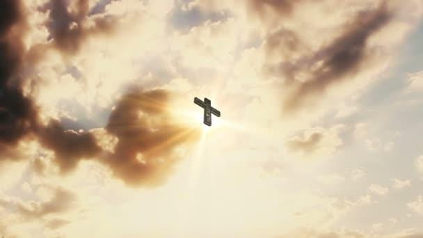 Kříž na obloze s pohyblivými mraky a sluneční paprsky v pozadí. Katolické náboženství koncept