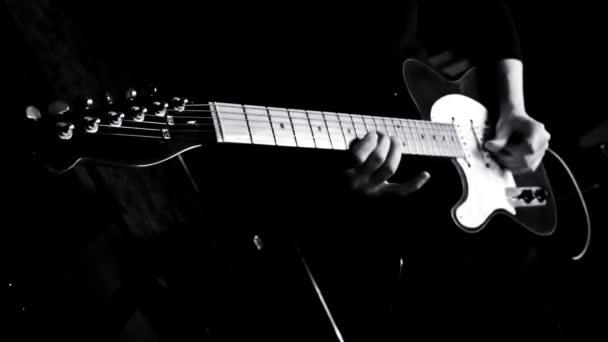 Kytarista hrál na kytaru v hudebním studiu
