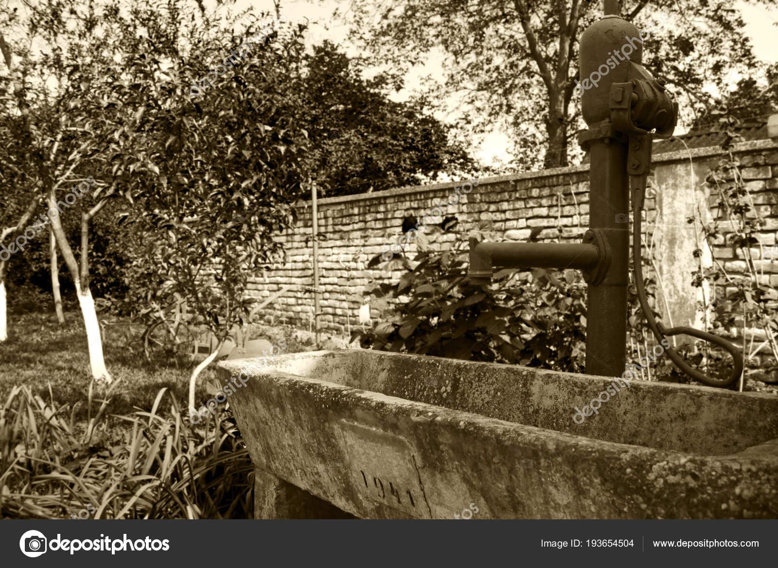 Alte Rustikale Hand Wasserpumpe Am Brunnen Im Garten Stockfoto