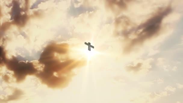 Er ist auferstanden goldener Text und Kreuz am Himmel mit Sonnenlicht und beweglichen Wolken. Jesus Christus, frohe Ostern