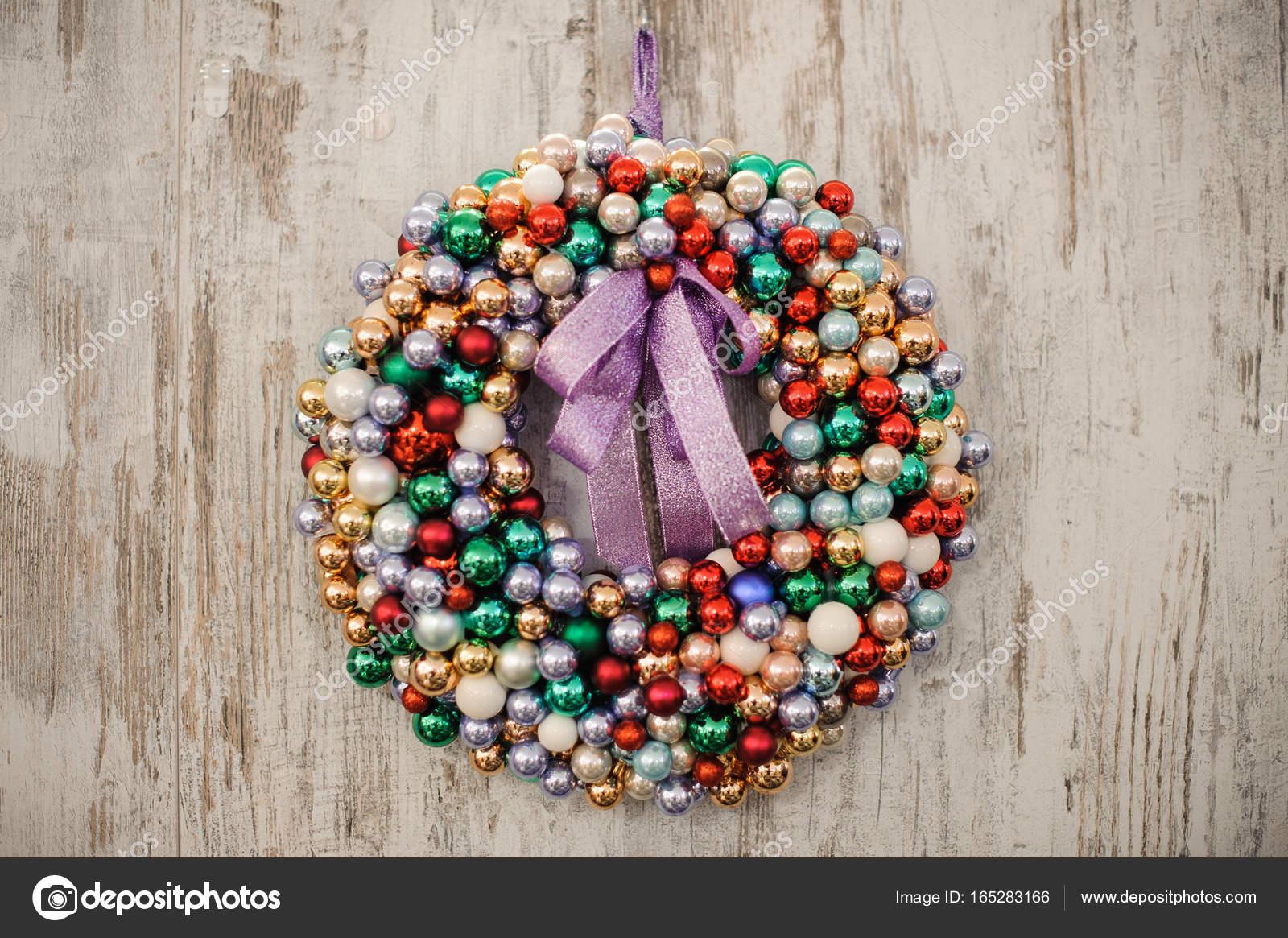 Kranz Aus Weihnachtskugeln.Bunte Kranz Dekoration Weihnachtskugeln Auf Holzernen