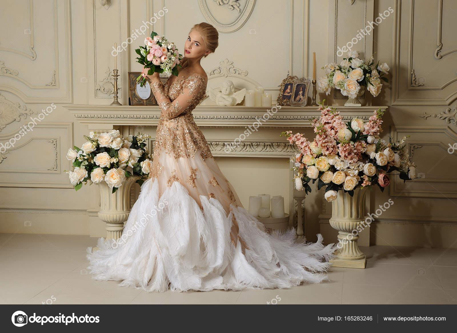 538bf6328938 Krásná smyslná dívka blondýna v béžové šaty v retro interiér– stock obrázky