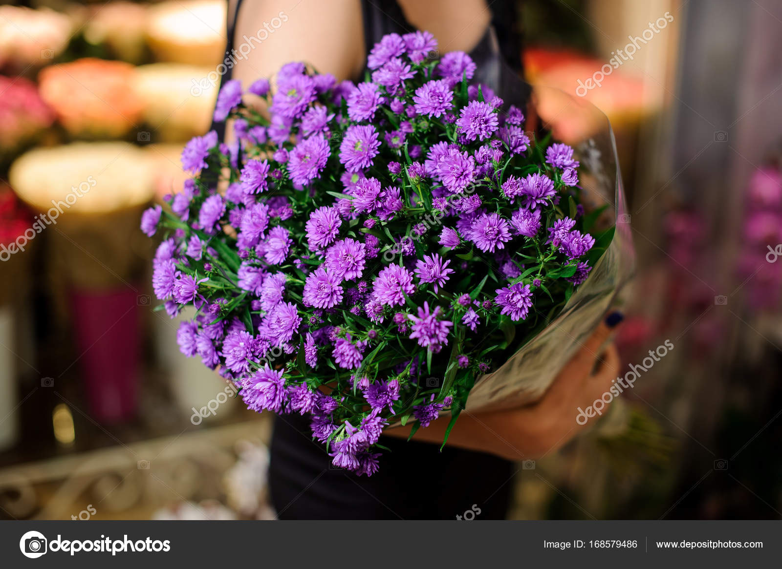 Elegant and beautiful bouquet of little purple flowers — Stock Photo ...