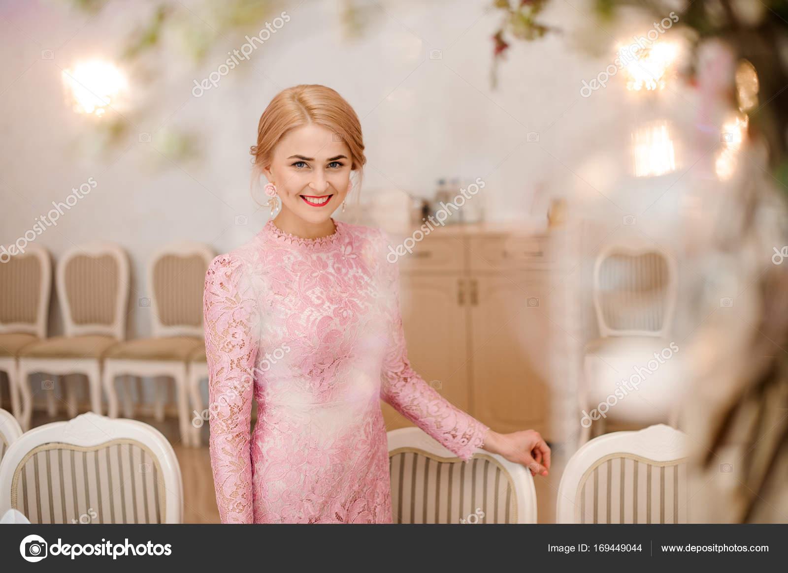 Hermosa novia rubia en vestido rosa hermosa — Fotos de Stock ...