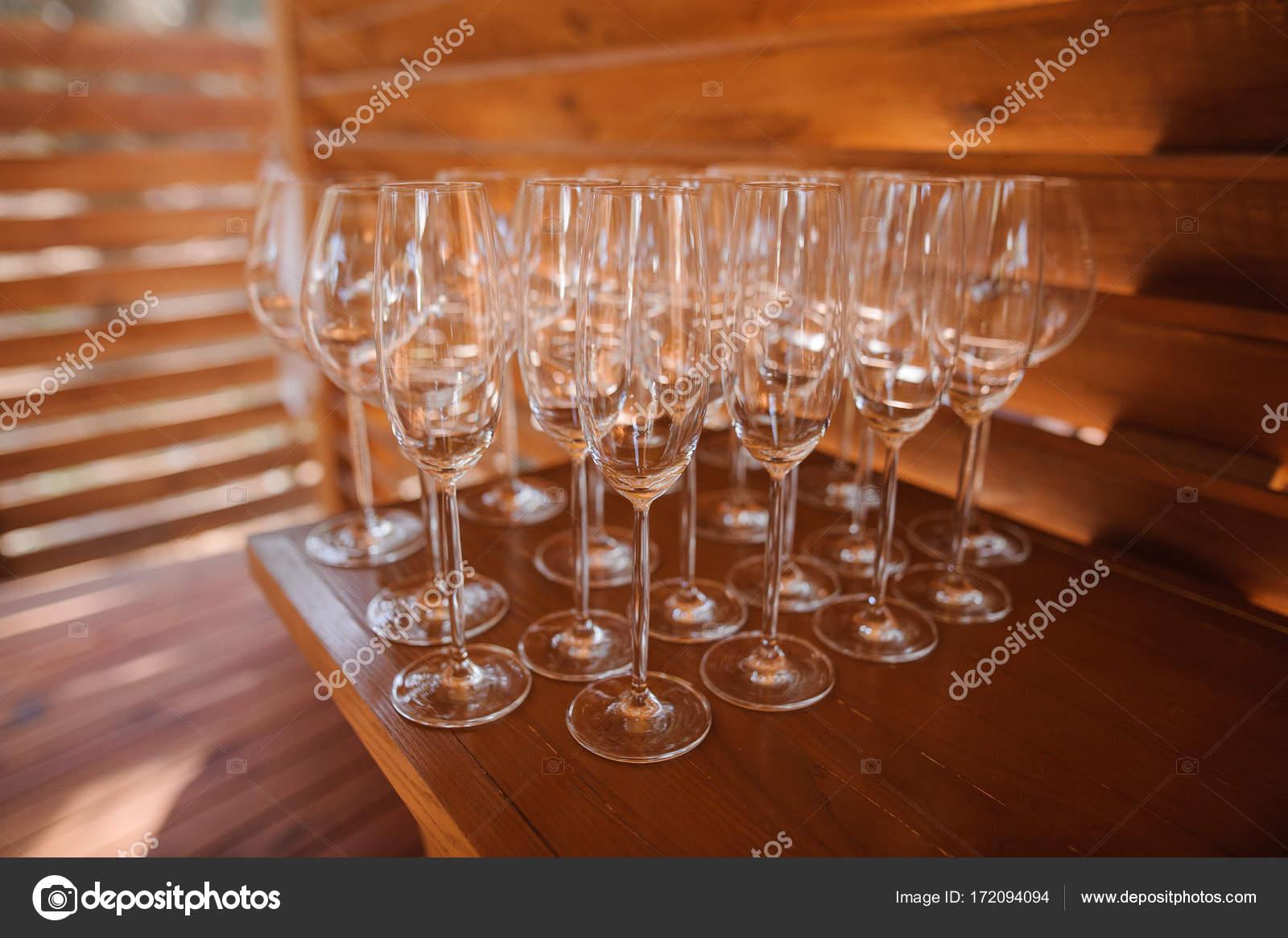 Juego De Vasos Lavados Y Limpios Para Bebidas Alcoholicas Fotos De