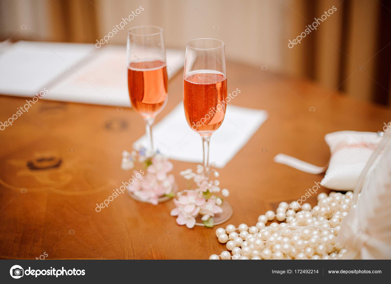 Ufficio Di Registro : Due vetri decorati di champagne presso lufficio del registro di