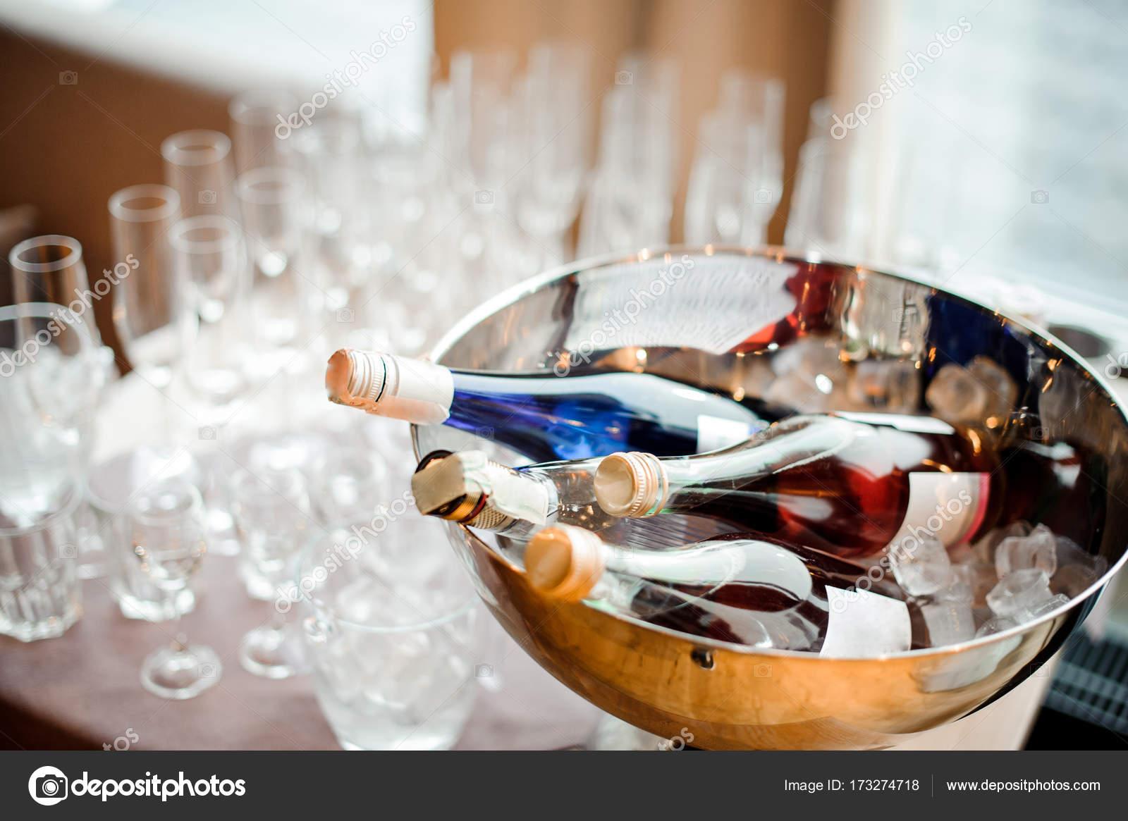Botellas De Bebidas Alcoholicas Y Juego De Vasos Vacios En La Mesa
