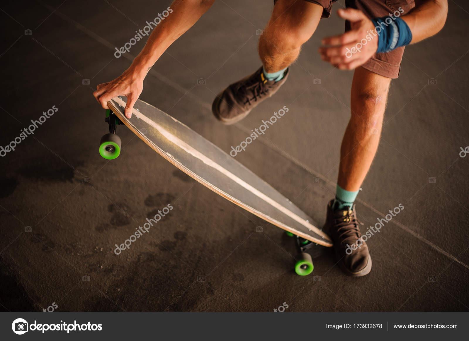 authentique fournir un grand choix de 100% authentique Jeune homme en bruns baskets sauter sur un longboard ...